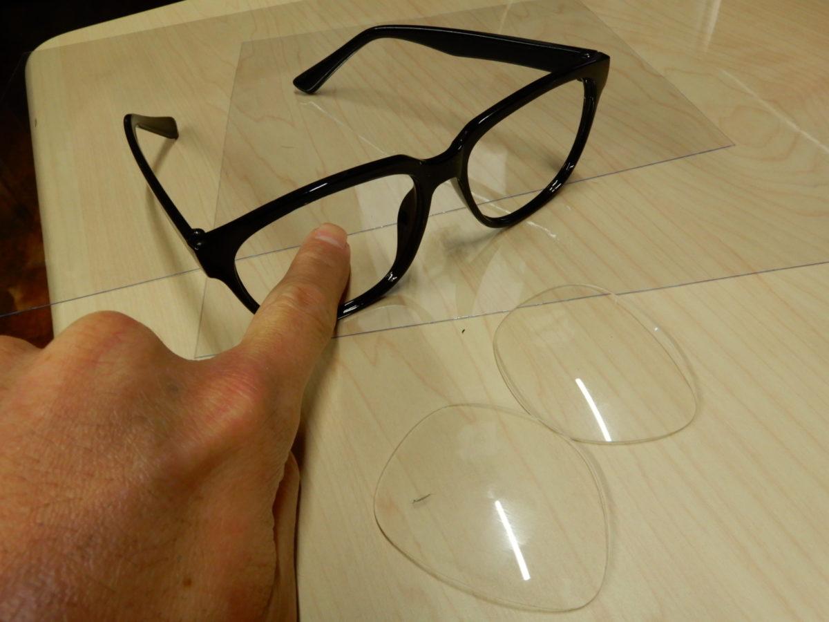 伊達メガネのレンズを外して